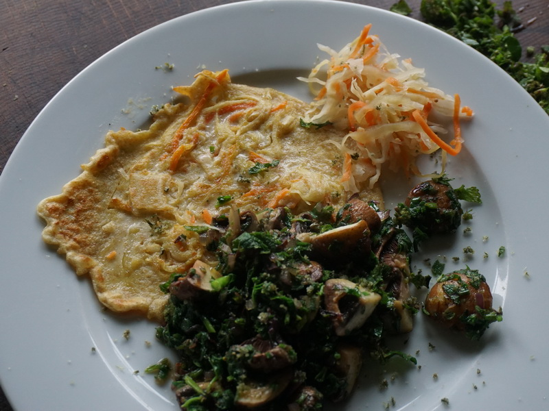 Sauerkrautküchlein mit Pilzen und Wildkräutern