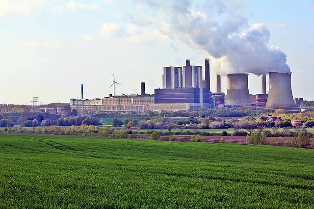 Kraftwerk vor Feld.