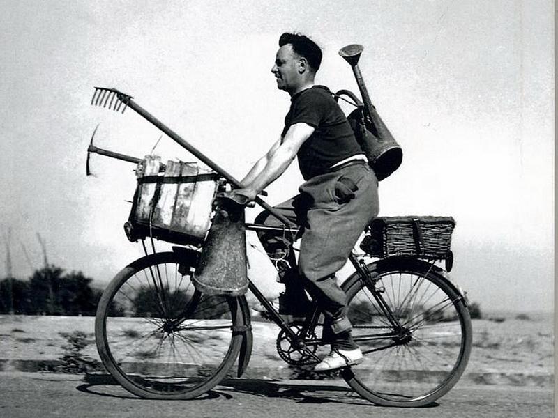 Ein Gärtner auf dem Weg zur Arbeit