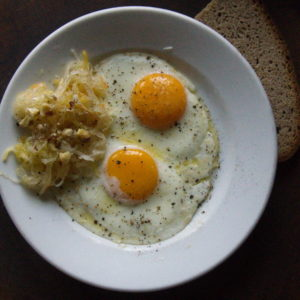 Spiegelei mit fermentiertem Krautsalat