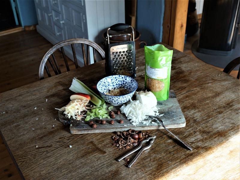 Quitten-Sellerie-Salat mit Äpfeln und Haselnüssen 3