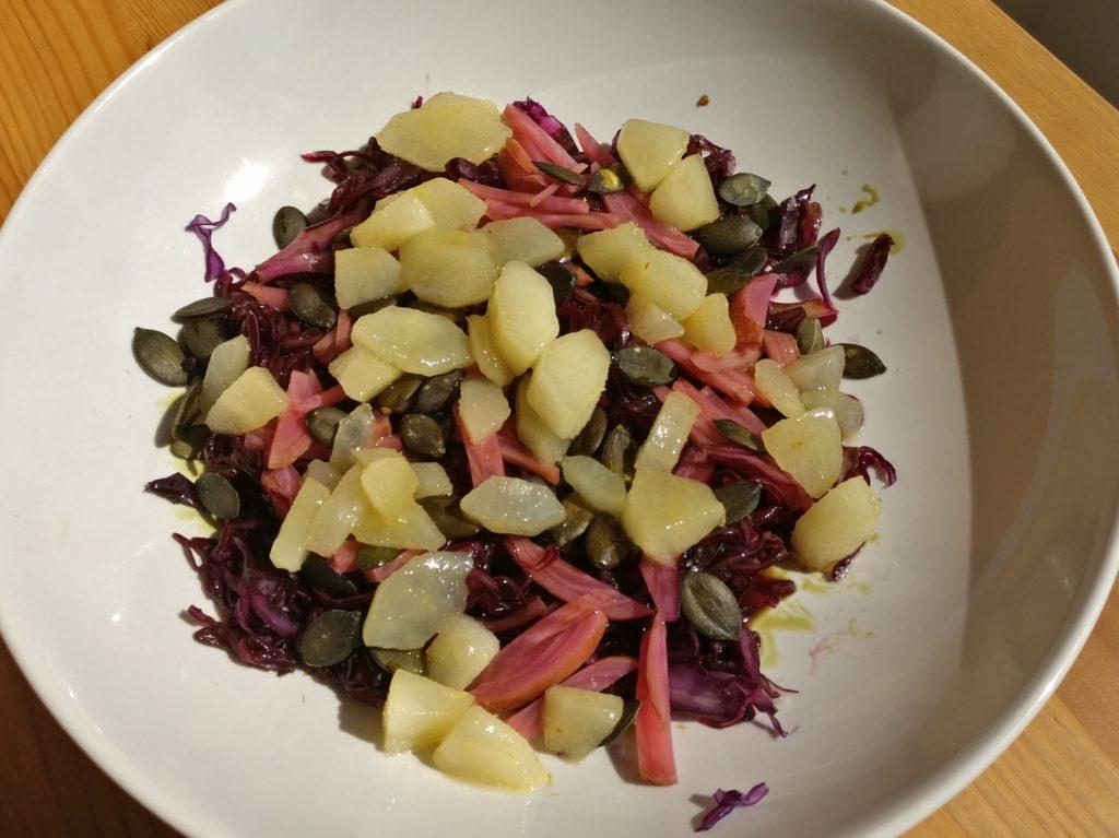 Rotkohl-Salat mit fermentierter Rote-Bete und einer Kürbiskernvinaigrette mit Birne 1
