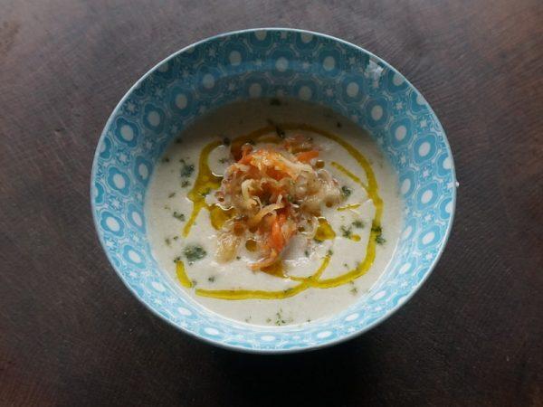Rohe Sellerie-Mandel-Suppe mit fermentiertem Coleslaw