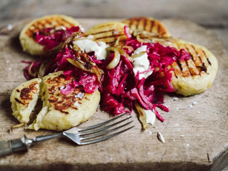 Fermentierter Rotkohl und Kartoffeltaler